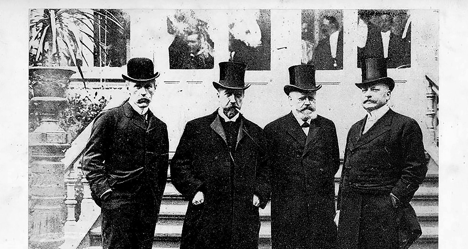 Four of the central people in Norway's fight in ending the the union with Sweden in the years around 1905. In front of Britannia Hotel from left: Fritjof Nansen, Christian Michelsen, Hørgen Løvland, who was the prime minister in Stockholm 1905, and Fritz Herman Wedel Jarlsberg, who was Norway's leading diplomat abroad.