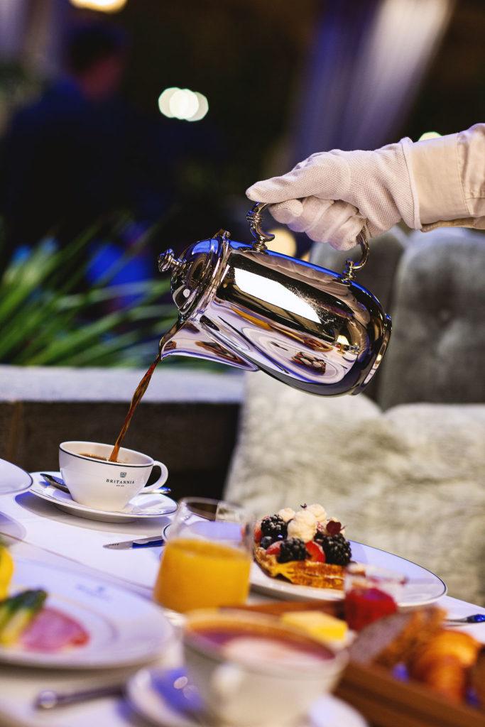 Kaffe skjenkes ved bordene i Palmehaven, Britannia Hotel.