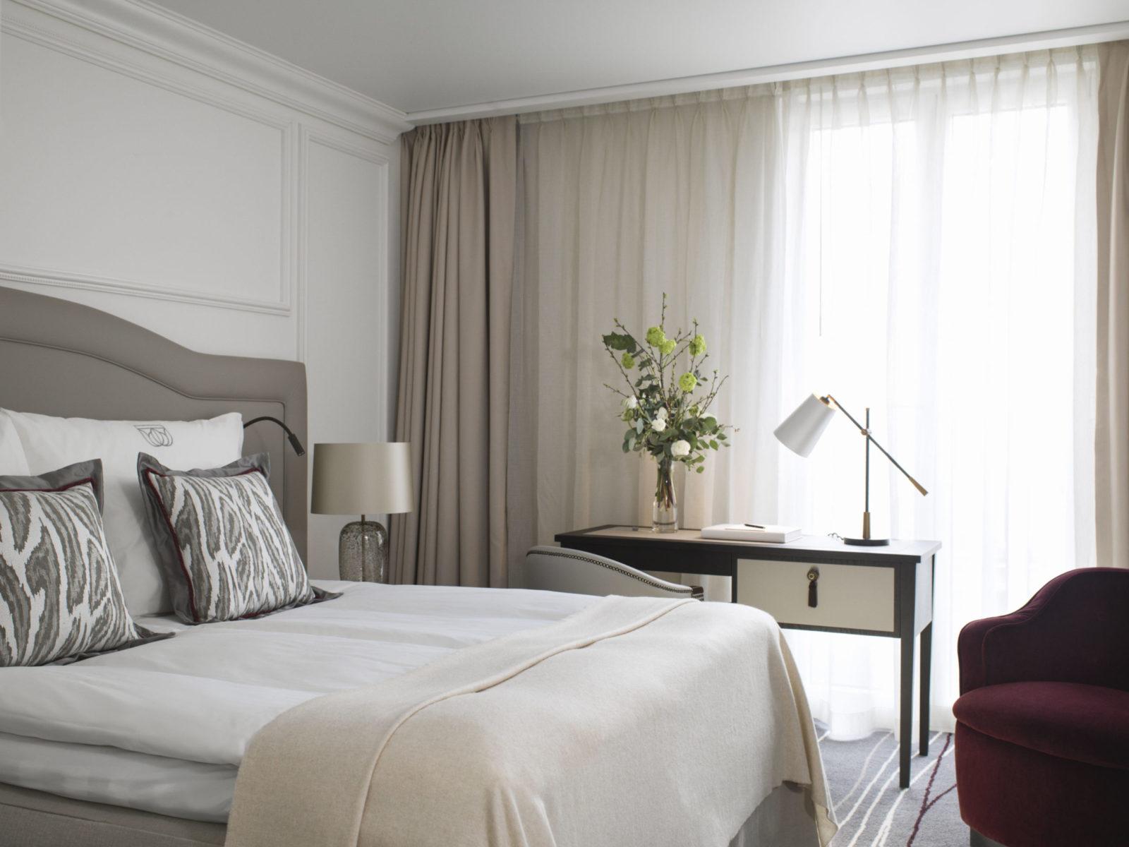 Superior room på Britannia Hotell - Hästens seng og skrivebord på siden